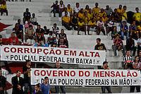 ATENÇÃO EDITOR: FOTO EMBARGADA PARA VEÍCULOS INTERNACIONAIS - RECIFE,PE,10 SETEMBRO 2012 - AMISTOSO SELEÇÃO BRASILEIRA - BRASIL X CHINA -Protesto de policiais federais duarnte partida Brasil x China no Estádio José do Rego Maciel  (Arruda) em Recife na noite desta segunda feira (10).(FOTO ALE VIANNA - BRAZIL PHOTO PRESS).