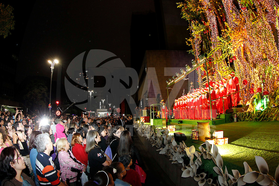 S&Atilde;O PAULO, SP, 03/12/2011, INAUGURA&Ccedil;&Atilde;O DA ILUMINA&Ccedil;&Atilde;O DE NATAL BANCO BRADESCO.<br /> <br /> Na noite de hoje (3) foi inaugurada a ilumina&ccedil;&atilde;o de Natal em frente ao Banco Bradesco na Av. Paulista.<br /> <br /> LUIZ GUARNIERI/ NEWS FREE