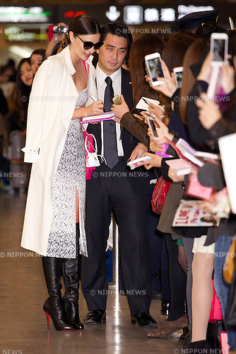"Miranda Kerr, December 9, 2014, Chiba, Japan : Australian model Miranda Kerr signs autographs for fans at Narita International Airport in Chiba, Japan, on December 9, 2014. The model is in Japan to attend the ""Samantha Thavasa 20th Anniversary Special Party"" in Tokyo on December 10. (Photo by Rodrigo Reyes Marin/AFLO)"