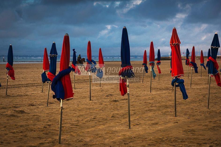 France, Calvados (14), Côte Fleurie, Deauville, la plage et ses parasols // France, Calvados, Côte Fleurie, Deauville, the beach and its beach umbrellas