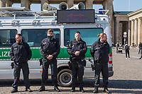 """Die Menschenrechtsorganisation """"Seebruecke"""" rief fuer Samstag den 5. April 2020 zu einer Aktion vor dem Brandenburger Tor unter dem Motto """"#LeaveNoOneBehind"""" (Lasst keinen zurueck) auf. Seebruecke fordert, dass die Bundesregierung sofort die gefluechteten Menschen aus den griechischen Fluechtlingslagern evakuiert, die dort seit Monaten unter katastrophalen Bedingungen leben muessen.<br /> Als Zeichen des Protest gegen die Weigerung der Bundesregierung eine Evakuierung durchzufuehren stellten Menschen vor dem Brandenburger Tor Schuhe auf und legten Schilder """"Wir haben Platz"""" hin.<br /> Trotz der Ankuendigung den Protest unter Vorgaben des Infektionsschutzes aufgrund der Beschraenkungen wegen der Covid-19-Pandemie durchzufuehren - ausreichend Abstand zwischen den Menschen und nicht mehr als zwei Personen gleichzeitig - war die Kundgebung von den Behoerden verboten worden. Die Polizei sammelte die Schuhe und Schilder ein, nahm die Personalien von einzelnen Menschen auf.<br /> Im Bild: Mit einem Lautsprecherwagen fordert die Polizei die Menschen vor dem Brandenburger Tor mit Durchsagen auf, den Platz zu verlassen. Sie duerften nur in Ausnahmefaellen ihre Wohnung verlassen. Sport im Freien sei aber erlaubt. Auf einem LED-Bildschirm werden Verhaltensregeln eingeblendet.<br /> 5.4.2020, Berlin<br /> Copyright: Christian-Ditsch.de<br /> [NUR FUER REDAKTIONELLE ZWECKE! Werbung nur auf Anfrage beim Fotografen. Inhaltsveraendernde Manipulation des Fotos nur nach ausdruecklicher Genehmigung des Fotografen. Vereinbarungen ueber Abtretung von Persoenlichkeitsrechten/Model Release der abgebildeten Person/Personen liegen nicht vor. NO MODEL RELEASE! Don't publish without copyright Christian-Ditsch.de, Veroeffentlichung nur mit Fotografennennung, sowie gegen Honorar, MwSt. und Beleg. Konto: I N G - D i B a, IBAN DE58500105175400192269, BIC INGDDEFFXXX, Kontakt: post@christian-ditsch.de<br /> Bei der Bearbeitung der Dateiinformationen darf die Urheberkennzeichnung in den EXIF- und  I"""