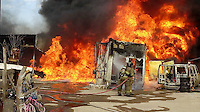 San Juan del R&iacute;o, Qro. 29 diciembre 2015.- Se incendia un predio donde se almacenaba combustible de manera irregular y en el que fueron consumidos al menos 4 veh&iacute;culos adaptados con contenedores para transportar l&iacute;quidos.<br /> Al parecer todo se inici&oacute; con una explosi&oacute;n y posterior incendio en este lugar ubicado en la comunidad de Santa Cruz Nieto.<br /> Bomberos Voluntarios y Protecci&oacute;n Civil Municipal trabajaron al menos dos horas para controlar el siniestro mientras que Cruz Roja y SSPM brindaron apoyo y resguardo del lugar.<br /> Posteriormente se confirm&oacute; la posibilidad de que el combustible fuera hurtado a trav&eacute;s de una toma clandestina a los ductos de Pemex, cercana al lugar de los hechos.