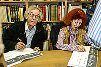 """New York (Feb 2005) Christo and Jeanne Claude signing their book about the project """"The gates"""" in Central park    firma del libro relativo al progetto per Central Park"""