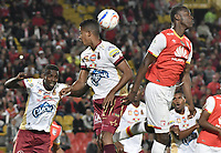 BOGOTÁ - COLOMBIA, 25-10-2017: Baldomero Perlaza (Der.) jugador de Santa Fe disputa el balón con Fainer Torijano (Izq.) jugador del Tolima durante el encuentro entre Independiente Santa Fe y Deportes Tolima por la fecha 15 de la Liga Aguila II 2017 jugado en el estadio Nemesio Camacho El Campin de la ciudad de Bogotá. / Baldomero Perlaza (R) player of Santa Fe struggles for the ball with Fainer Torijano (L) player of Tolima during match between Independiente Santa Fe and Deportes Tolima for the date 15 of the Aguila League II 2017 played at the Nemesio Camacho El Campin Stadium in Bogota city. Photo: VizzorImage/ Gabriel Aponte / Staff