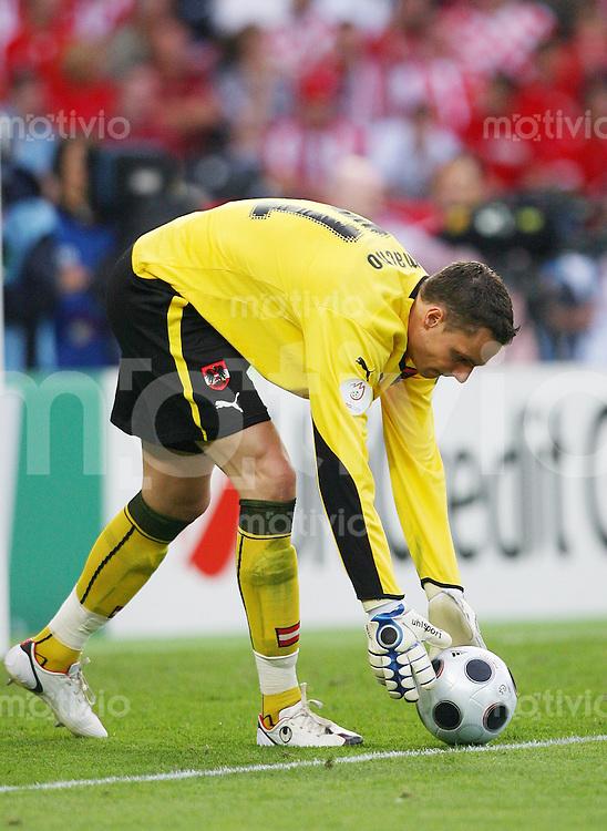 FUSSBALL EUROPAMEISTERSCHAFT 2008 Oesterreich - Kroatien    08.06.2008 Torwart Juergen Macho (Oesterreich) fuer Abstoss den Ball zurechtlegend , Uhlsport