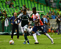 PALMIRA - COLOMBIA, 02-09-2018: Juan Camilo Angulo (Izq) del Deportivo Cali disputa el balón con Yony Gonzalez Copete (Der) de Atlético Junior durante partido por la fecha 7 de la Liga Aguila II 2017 jugado en el estadio Palmaseca de Cali. / Juan Camilo Angulo (L) player of Deportivo Cali fights for the ball with Yony Gonzalez Copete (R) player of Atletico Junior during match for the date 7 of the Aguila League II 2017 played at Palmaseca stadium in Cali.  Photo: VizzorImage/ Nelson Rios / Cont