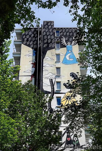 Nederland Amsterdam - 2019.   Amsterdam Bijlmer. Oude flats in Zuidoost zijn kleurig beschilderd door kunstenaars. Muurschildering van Derlon.  Foto Berlinda van Dam / Hollandse hoogte