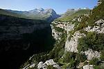 Canyon d'Anisclo et Mont Perdu vu de l'estive de San Vicenda Pyrénées centrales. Parc national D'ordesa et du Mont Perdu. Patrimoine mondial de l'Unesco. Espagne.The Spanish Pyrenees. Spain.