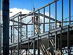 UTRECHT - Op de zgn Utrechtse meubelboulevard werken medewerkers van Kamp Staalbouw uit de opbouw van het uit te breiden woonwarenhuis Ikea. Behalve het vergroten van het huidige gebouw, verrijst achter het warenhuis op de voormalige voetbalvelden tevens een door ASK Romein te bouwen driedaags parkeergarage met  kunstgrasvelden op het dak. COPYRIGHT TON BORSBOOM