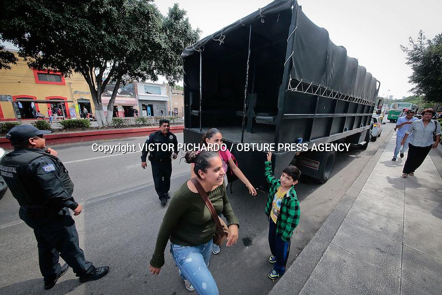 Querétaro, Qro. 24 junio 2015.- Desde muy temprano cerca de 400 camiones del sistema de transporte colectivo no salieron a circular a las calles, luego que concesionarios promovieran un paro parcial de labores. Miles de personas fueron afectadas por esta protesta que tiene como objetivo pedir que el costo del pasaje se incremente de 6.50 a 8.00 pesos. Elementos y unidades de la policía Estatal brindaron apoyo a las personas que esperaban impcientes en las paradas de camión. Foto: Victor Pichardo / Obture Press Agency