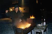 Europe/Asie/Russie/Env Saint-Petersbourg/Vorontzovo: Chez A Yvanovitch ancien général du KGB - Repas de Noel (brochettes de porc mariné)
