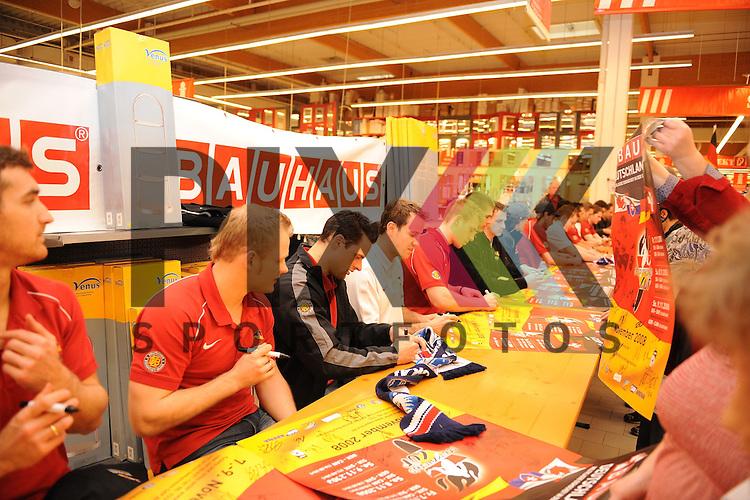 Mannheim 06.11.2008, Autogrammstunde der Deutschen Eishockey Nationalmannschaft in einem Baumarkt in Mannheim. Foto © Rhein-Neckar-Picture *** Foto ist honorarpflichtig! *** Auf Anfrage in höherer Qualität/Auflösung. Belegexemplar erbeten.