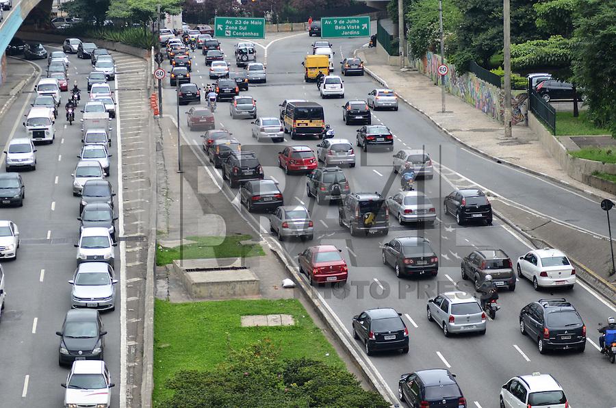 SAO PAULO, 06 DE FEVEREIRO DE 2013. - TRANSITO - Transito intenso na entrada do tunel do Anhangabau e acesso para Avenidas Nove de Julho e 23 de Maio, na tarde desta quarta feira, 06, regiao central da capital. (FOTO: ALEXANDRE MOREIRA / BRAZIL PHOTO PRESS).