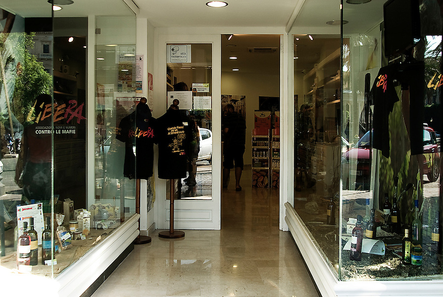 "The ""Bottega dei Sapori e dei Saperi della Legalità"", the ""Shop of Flavours and Knowledge of Legality"" in downtown Palermo. In this property, confiscated from a boss of the Brancaccio family, it's possible to buy the products from the social cooperatives Libera Terra, as well as participate in meetings on the issues of legality and the battle against the mafia. / ""La bottega dei Sapori e dei Saperi della Legalità"" al centro di Palermo. Bene sequestrato ad un boss della famiglia Brancaccio, ora qui oltre a poter comprare i prodotti delle cooperative di Libera Terra, si tengono incontri sui temi della Legalità e della lotta alle mafie."