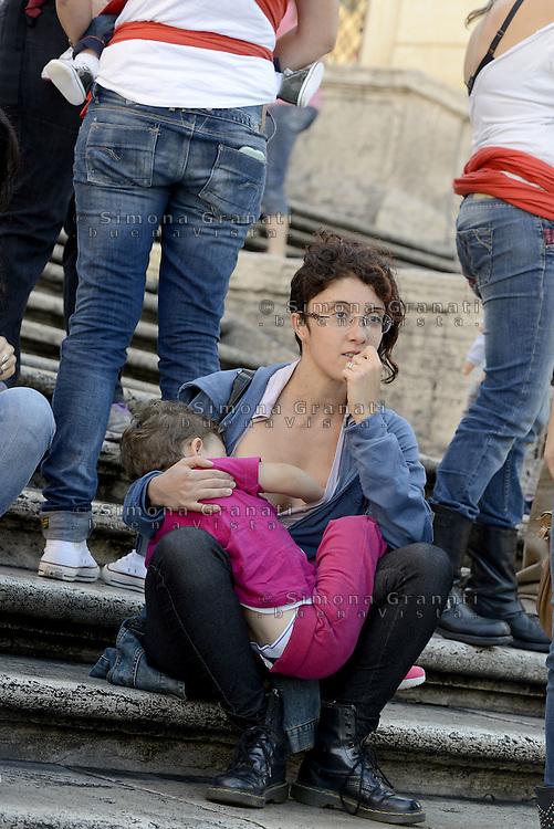Roma, 3 Ottobre 2015<br /> Mamme allattano al seno in un flash mob a Piazza di Spagna durante la settimana mondiale per promuovere e difendere l'allattamento al seno.<br /> Allattamento e lavoro.<br /> Flash mob with breastfeeding collective to promote breastfeeding.