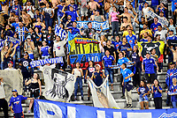 IBAGUE – COLOMBIA, 09-10-2019: Hinchas del Millonarios animan a su equipo durante partido entre Deportes Tolima y Millonarios por la fecha 16 de la Liga Águila II 2019 jugado en el estadio Manuel Murillo Toro de la ciudad de Ibagué. / Fans of Millonarios cheer for their team during match between Deportes Tolima and Millonarios for the date 16 as part of Aguila League II 2019 played at Manuel Murillo Toro stadium in Ibague. Photo: VizzorImage / Juan Carlos Escobar / Cont