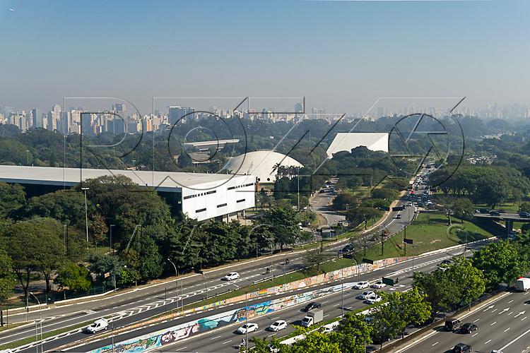 Avenida Vinte e Três de Maio com Parque do Ibirapuera vista do terraço MAC USP - Museu de Arte Contemporânea da Universidade de São Paulo, São Paulo - SP, 06/2016.