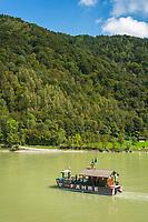 Oesterreich, Oberoesterreich, Engelhartszell: die Radfaehre verbindet den links- und rechtsseitigen Donauradwanderweg | Austria, Upper Austria, Engelhartszell: Danube Bicycle Route and bicycle ferry