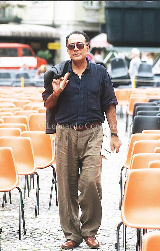 Abbas Kiarostami (Teheran, 22 giugno 1940[1]) è un regista, sceneggiatore, montatore, poeta, fotografo, pittore e scultore iraniano. Esponente di prim'ordine del cinema iraniano è uno dei registi internazionali più considerati e apprezzati, tanto da guadagnarsi la stima di numerosi cineasti di fama. Abbas Kiarostami was born in Tehran, Iran, in 1940. He graduated from university with a degree in fine arts before starting work as a graphic designer. Locarno, agosto 1994. © Leonardo Cendamo