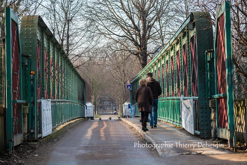 La passerelle du parc de l'Europe qui enjambe le bras mort de la Seine