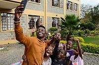 KENYA, Nairobi, children home, selfie photo / KENIA, Nairobi, Kinderheim, selfie Foto mit smart phone