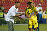 BUCARAMANGA - COLOMBIA, 28-09-2019: Sergio Novoa técnico de Bucaramanga da instrucciones a Efrain Navarro durante partido por la fecha 13 de la Liga Águila II 2019 entre Atlético Bucaramanga y Envigado F.C. jugado en el estadio Alfonso López de la ciudad de Bucaramanga. / Sergio Novoa coach of Bucaramanga gives directions to Efrain Navarro during match for the date 13 of the Liga Aguila II 2019 between Atletico Bucaramanga and Envigado F.C. played at the Alfonso Lopez stadium of Bucaramanga city. Photo: VizzorImage / Oscar Martinez / Cont