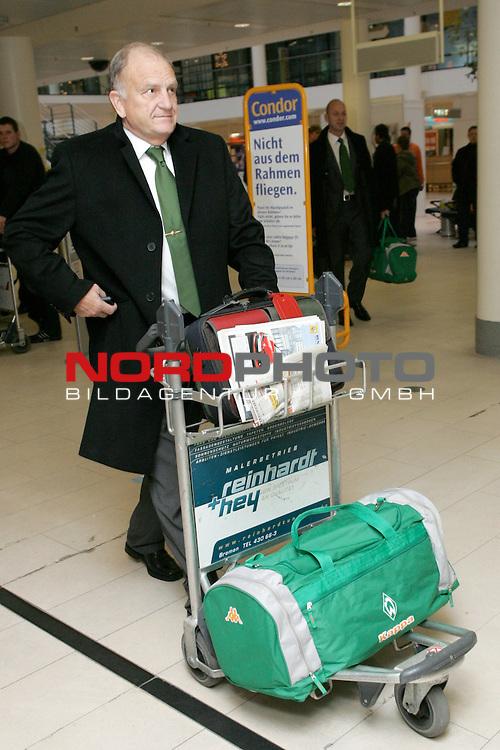 CL 06/07 Gruppe  A <br /> Abflug Werder Bremen nach Barcelona<br /> <br /> Vorstandsvorsitzender J&uuml;rgen L. Born rollt sein Gep&auml;ck zum Check In Schalter vor dem Flug nach Barcelona.<br /> <br /> Foto :&copy; nordphoto <br /> <br /> <br /> <br /> <br /> <br /> <br /> <br />  *** Local Caption ***