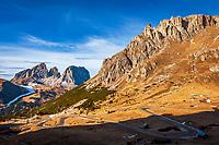 Italien, Trentino - Alto Adige, oberhalb von Canazei: die Pordoi Passstrasse vor Auslaeufern des Sella Massiv und der Langkofelgruppe im Hintergrund | Italy, Trentino - Alto Adige, above Canazei: Pordoi Pass Road and Sella Group and Sassolungo mountains at background