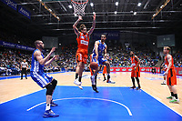 Philip Scrubb (Fraport Skyliners) mit dem Pass auf Jonas Wohlfahrt-Bottermann (Fraport Skyliners) - 18.11.2017: Fraport Skyliners vs. ratiopharm Ulm, Fraport Arena Frankfurt