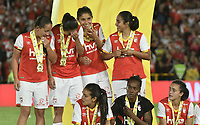 BOGOTÁ -COLOMBIA, 24-06-2017: Jugadoras de Santa Fe celebran como campeonas de las Liga Femenina Aguila 2017 después del partido de vuelta entre Independiente Santa Fe y Atletico Huila por la final de la Liga Femenina Aguila 2017 jugado en el estadio Nemesio Camacho El Campin de la ciudad de Bogota. / Players of Santa Fe celebrate as champions of the Aguila Women League 2017 after second leg match between Independiente Santa Fe and Atletico Huila for the final of Aguila Women League 2017 played at the Nemesio Camacho El Campin Stadium in Bogota city. Photo: VizzorImage/ Gabriel Aponte / Staff