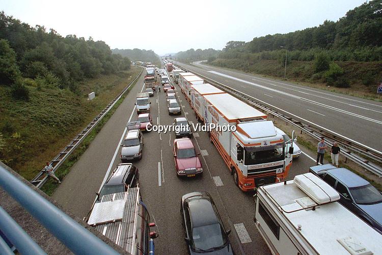 Foto: VidiPhoto..ARNHEM - Door diverse blokkades van protesterende vrachtwagenchauffeurs op ondermeer de A12 bij Arnhem, liep het verkeer in Midden-Gelderland tijdens de dinsdagavondspits volledig vast. Op de A12 ontstonden tussen Utrecht en Arnhem (vv) lange files. Ook het verkeer op de A50 van en naar Apeldoorn kwam vast te staan.