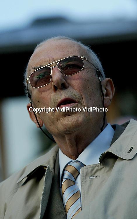 Foto: VidiPhoto..ARNHEM - Directeur Antoon van Hooff van Burgers Zoo in Arnhem tijdens een bijeenkomst op 6-7-2004. Van Hoof heeft een terminale vorm van kanker.