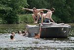 Foto: VidiPhoto<br /> <br /> LOOSDRECHT &ndash; Topdrukte op de Loosdrechtse Plassen donderdag. Met temperaturen tot ruim boven de 30 graden en daarmee de warmste dag van de week, trekt half Nederland naar het water om verkoeling te zoeken. Op veel plaatsen geldt een tropenrooster, zodat veel Nederlands op de warmste tijd van de dag vrij zijn en het bij of op het water kunnen afkoelen. De Loosdrechtse Plassen behoren al jaar en dag tot de top drie van watersportminnend Nederland. Ook veel jongeren die hun schooldiploma hebben behaald en nu vrij zijn, hebben er donderdag de tijd van hun leven. Na vrijdag is er even een korte dip in de temperaturen.