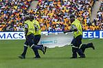 05.01.2019, FNB Stadion/Soccer City, Nasrec, Johannesburg, RSA, Premier League, Kaizer Chiefs vs Mamelodi Sundowns<br /> <br /> im Bild / picture shows <br /> <br /> Sanitaeter mit einer Trage laufen auf den Platz <br /> <br /> <br /> Verletzung / verletzt / Schmerzen<br /> <br /> Foto © nordphoto / Kokenge