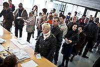 Spagna Barcellona  Elezioni all'assemblea catalana 25 Novembre 2012 Un seggio elettorale nella cittadina di  Gelida (Barcellona) elettori in coda per votare