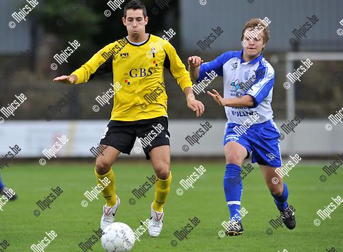 2010-09-12 / Voetbal / seizoen 2010-2011 / Berchem Sport - Olympia Wijgmaal / Nico Lansu (L, Berchem) met Sam Mellebeek ..Foto: Mpics