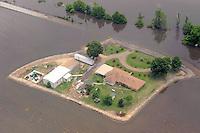 CTX08. BELZONI (MS, EE.UU.), 23/05/2011.- Fotografía de hoy, lunes 23 de mayo de 2011, en la que se observan algunas casas protegidas por diques artificiales al sur de Silver City, Misisipi (EE.UU.). Aunque el río Misisipi ha inundado el estado homónimo, las aguas continúan reculando a los tributarios Yazoo River y Yazoo Diversionary Canal desde Vicksburg en el delta del Misisipi, arriba de Belzoni, inundando cultivos, cerrando vías y afectando casas y fincas. Miles de residentes que viven a lo largo del río en los estados de Misisipi, Illinois, Misuri, Tennessee, Arkansas y Luisiana se han visto forzados a evacuar y miles de acres de materia prima han sido inundados con uno de los niveles más altos historicamente. EFE/Chris Todd.