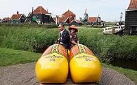 Nederland - Zaanstad - 2019. Toeristen poseren in een grote klomp in Zaanse Schans. Foto Berlinda van Dam / Hollandse Hoogte