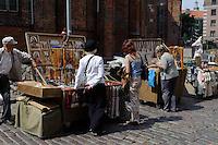 Andenkenverkauf vor St. Peter in Riga, Lettland, Europa