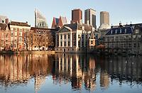 Nederland - Den Haag -  2019.  Regeringsgebouwen,  het Torentje van de minister-president en het Mauritshuis aan de Hofvijver. Foto Berlinda van Dam / Hollandse Hoogte