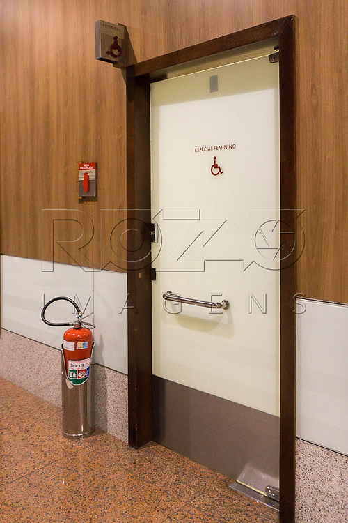 Banheiro acessível masculino e feminino, São Paulo - SP, 04/2017.