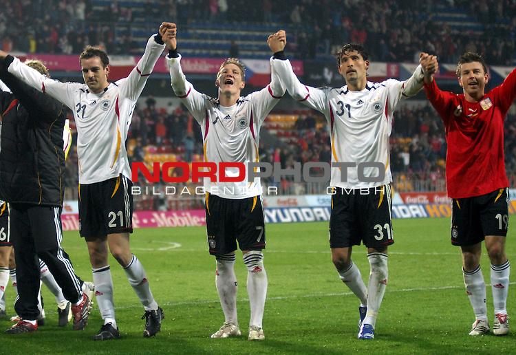 EM 06/07 Qualifikation Gruppe: D - <br /> Europameisterschafts-Endrunde<br /> <br /> Tschechien ( CZE ) - Deutschland ( GER ) 1 - 2<br /> <br /> Jubel nach dem Sieg:<br /> Christoph Metzelder, Bastian Schweinsteiger, Kevin Kuranyi, Bernd Schneider<br />  <br /> Foto :&copy; nph (nordphoto)  *** Local Caption ***