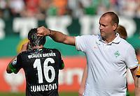 FUSSBALL   DFB POKAL   SAISON 2012/2013   1. Hauptrunde Preussen Muenster - Werder Bremen              19.08.2012 Zeugwart Uwe Behrens (re) erfrischt Zlatko Junuzovic (li, beide SV Werder Bremen)