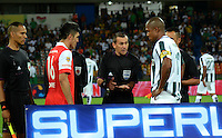 MEDELLIN -COLOMBIA-24-ENERO-2015. El referee central Wilson Lamouroux hace el sorteo de cancha con los capitanes del Atletico Nacional Alexis Henriquez (Der) y Daniel Torres del Independiente Santa Fe  antes del partido de ida de La Superliga Postobon 2015 jugado en el estadio Atanasio Girardot de la ciudad de Medellin./The Chief Referee Wilson Lamouroux court makes the draw with Atletico Nacional captains Alexis Henriquez (R) and Daniel Torres del Independiente Santa Fe before the first leg of the 2015 Superliga Postobon played in Atanasio Girardot stadium in the city of Medellin. . Photo:VizzorImage / Luis R'os / STR