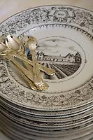 Europe/France/Aquitaine/33/Gironde/Saint-Yzans-de-Médoc: Château  Loudenne, Médoc Cru Bourgeois le personnel dresse la salle à manger pour un repas de réception lors des vendanges détail  des assiettes  à dessert représentant le Chateau  Charteuse du 17ème siècle