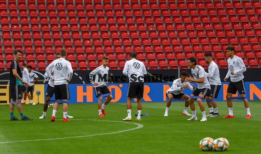 Training an den Gummibändern - 10.06.2019: Abschlusstraining der Deutschen Nationalmannschaft vor dem EM-Qualifikationsspiel gegen Estland, Opel Arena Mainz