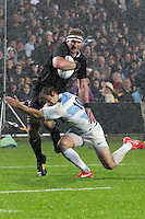 Kieran Read off loads the ball to Aaron Smith during the 2013 Rugby Championship - All Blacks v Argentina at Waikato Stadium, Hamilton, New Zealand on Saturday, 7th September   2013. Copyright Dion Mellow Photography. Credit DMP / Dion Mellow