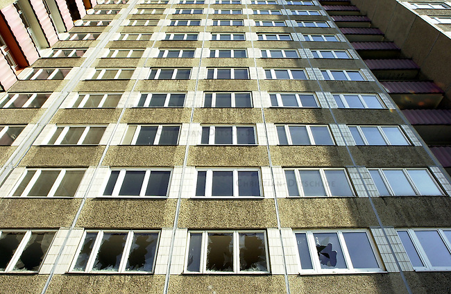 Berlin-Marzahn<br /> Hochhaus Marchwitzastrasse 1-3 in Berlin Marzahn. Der leerstehende Plattenbau soll nach Willen der Wohnungsbaugesellschaft Marzahn (WBG) abgerissen werden. Die Leestandsquote bei der WBG betraegt angeblich zwoelf Prozent, rund 3000 Wohnungen sollen leerstehen. Im ganzen Stadtbezirk solle es ueber 12000 leere Wohnungen geben.<br /> 2.10.2002, Berlin<br /> Copyright: Christian-Ditsch.de<br /> [Inhaltsveraendernde Manipulation des Fotos nur nach ausdruecklicher Genehmigung des Fotografen. Vereinbarungen ueber Abtretung von Persoenlichkeitsrechten/Model Release der abgebildeten Person/Personen liegen nicht vor. NO MODEL RELEASE! Nur fuer Redaktionelle Zwecke. Don't publish without copyright Christian-Ditsch.de, Veroeffentlichung nur mit Fotografennennung, sowie gegen Honorar, MwSt. und Beleg. Konto: I N G - D i B a, IBAN DE58500105175400192269, BIC INGDDEFFXXX, Kontakt: post@christian-ditsch.de<br /> Bei der Bearbeitung der Dateiinformationen darf die Urheberkennzeichnung in den EXIF- und  IPTC-Daten nicht entfernt werden, diese sind in digitalen Medien nach &sect;95c UrhG rechtlich geschuetzt. Der Urhebervermerk wird gemaess &sect;13 UrhG verlangt.]