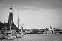 Skutor vid Norr Mälarstrand och Stadshuset i Stockholm. i svartvitt
