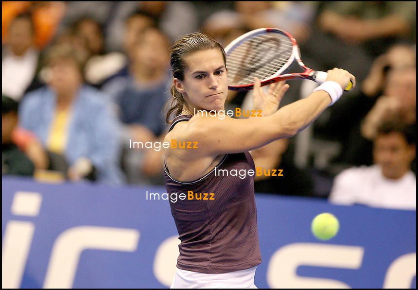 "AMELIE MAURESMO (SUR LA PHOTO) BAT KIM  CLIJSTERS LORS DE LA 2EME JOURNEE DU MASTERS FEMININ DE LOS ANGELES... TENNIS.AMELIE MAURESMO WINS THE MATCH VS. KIM  CLIJSTERS AT THE : ""  WTA TOUR CHAMPIONSHIPS DAY 02 "" AT THE STAPLES CENTER IN LOS ANGELES."